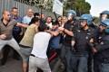 SICUREZZA: Irregolarità nel capannone, scontri tra centinaia di cinesi e polizia